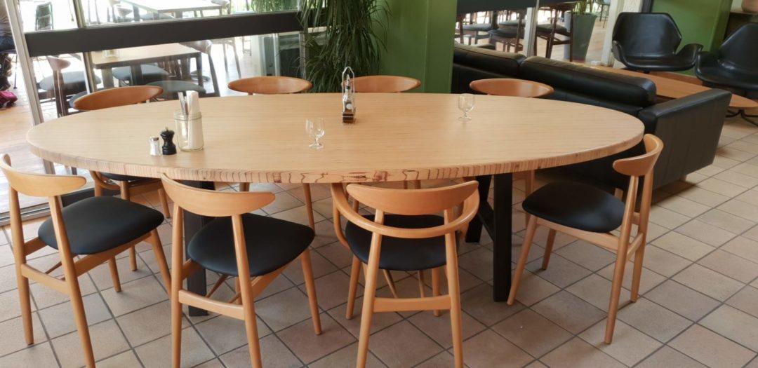 table ovale pour un restaurant