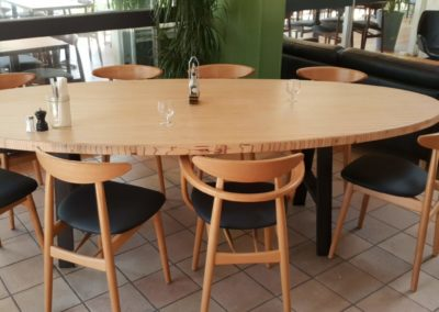 table ovale pour un restaurant